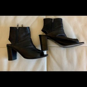 Kenneth Cole size 37 Black open toe bootie